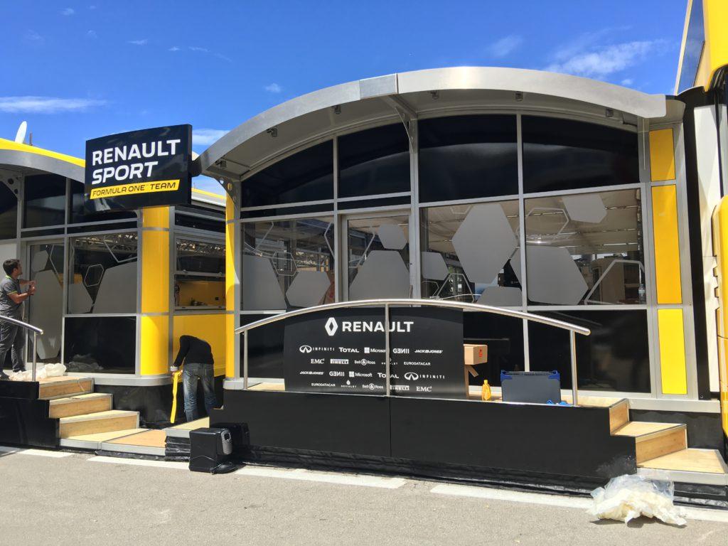 Décoration des vitrages du paddock Renault F1 Team Barcelone