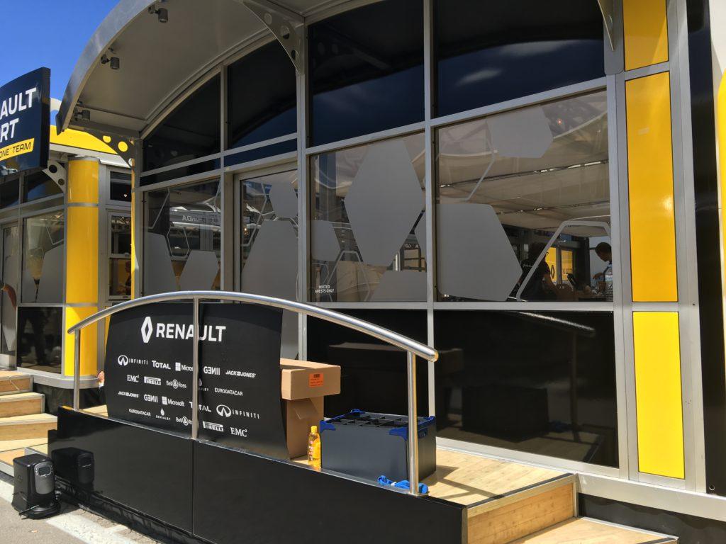 Pose de film dépoli sur le paddock de Renault F1 Team