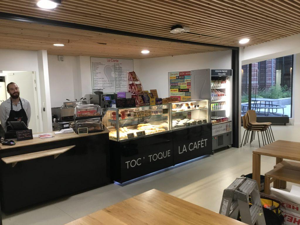 Décoration en lettrage de semi découpe de la cafétéria Toq Toque à Lille Science Po