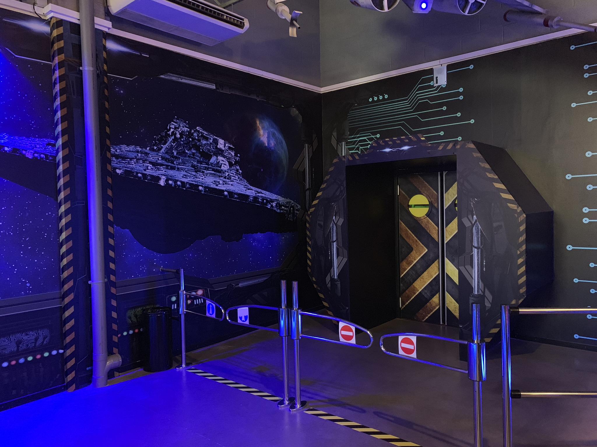 Décoration des murs et du mobilier du Starship laser de Lomme